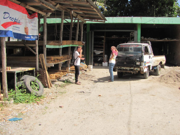 Nakupujeme materiál na výrobu tzv. africké postele na sušení kávy (c) Michal Truska